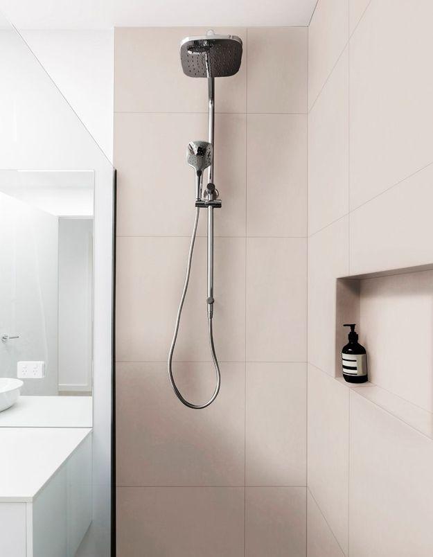 Créez une niche qui accueillera de jolis distributeurs à savon dans la douche de la salle de bains