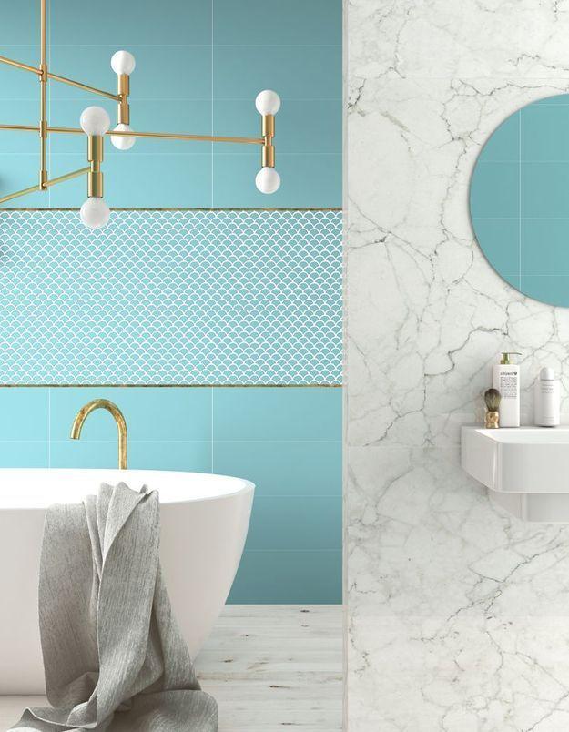 Installez un luminaire dédié au salon dans la salle de bains