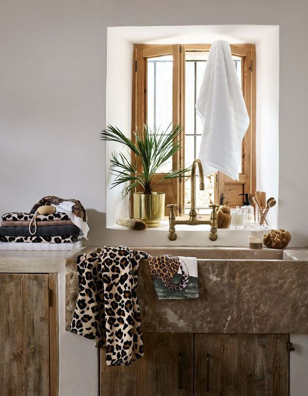 Mariez le style rustique et le motif léopard dans la salle de bains