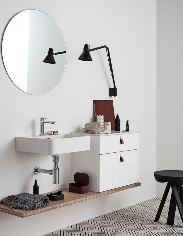 Optez pour des poignées de porte et de tiroirs en cuir dans la salle de bains