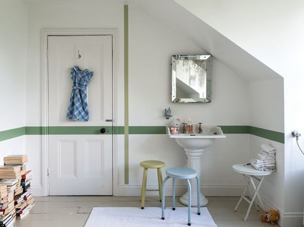 Osez la frise de peinture pour réveiller subtilement les murs de la salle de bains
