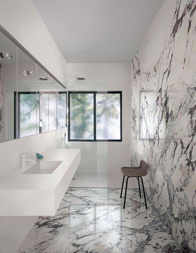 Posez le même revêtement au sol et sur un mur de la salle de bains