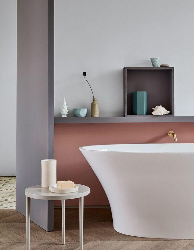 Une salle de bains design à la petite déco étudiée