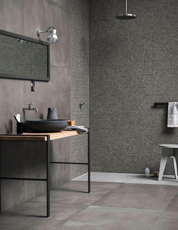 Une salle de bains design avec douche ouverte