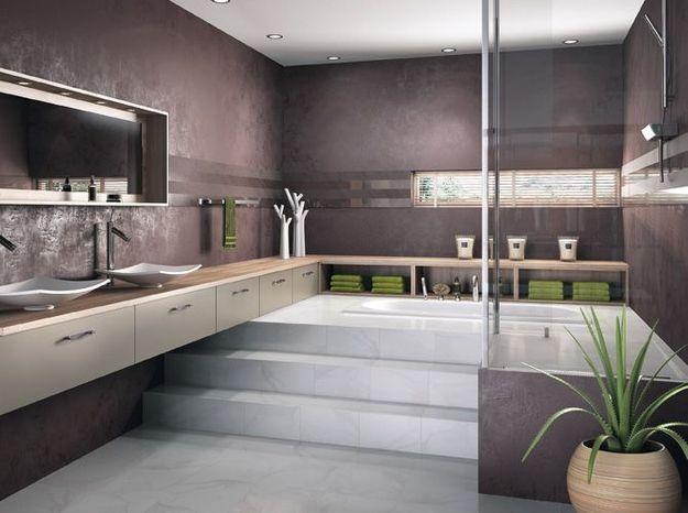 Idée déco de salle bains: des étagères le long du mur