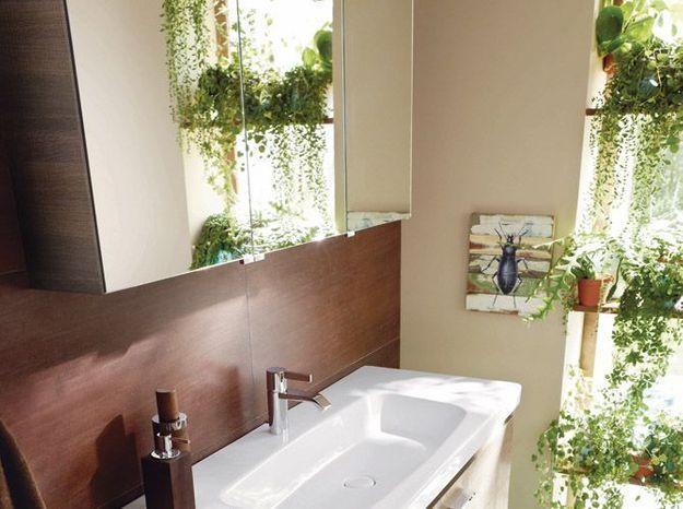 Idée déco de salle bains: un mur végétal