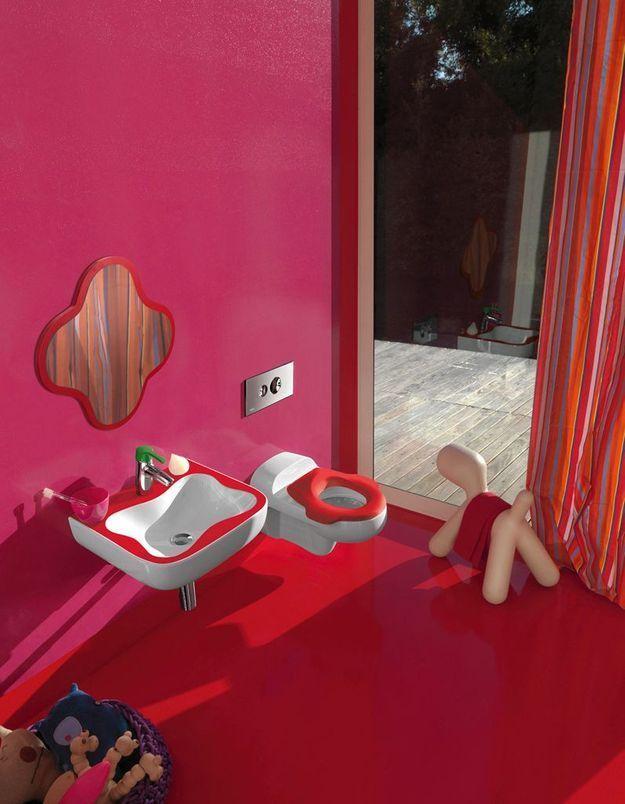 Salle de bains pour enfant avec des meubles originaux et colorés