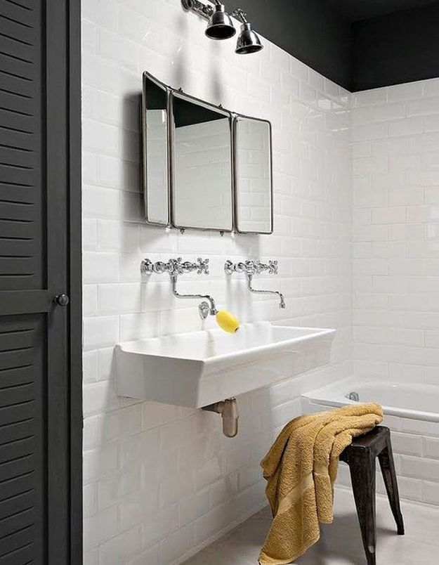 Salle de bains pour enfant avec un lavabo vintage comme à l'école