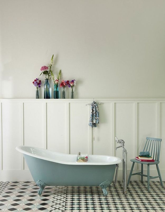 De la couleur dans la salle de bains via de l'équipement coloré