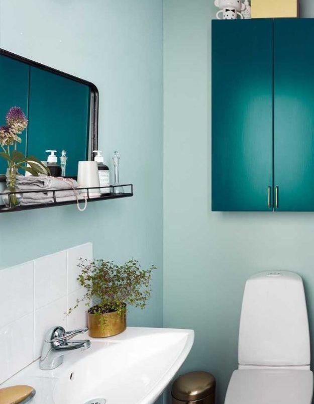De la couleur dans la salle de bains via des portes de placards repeintes