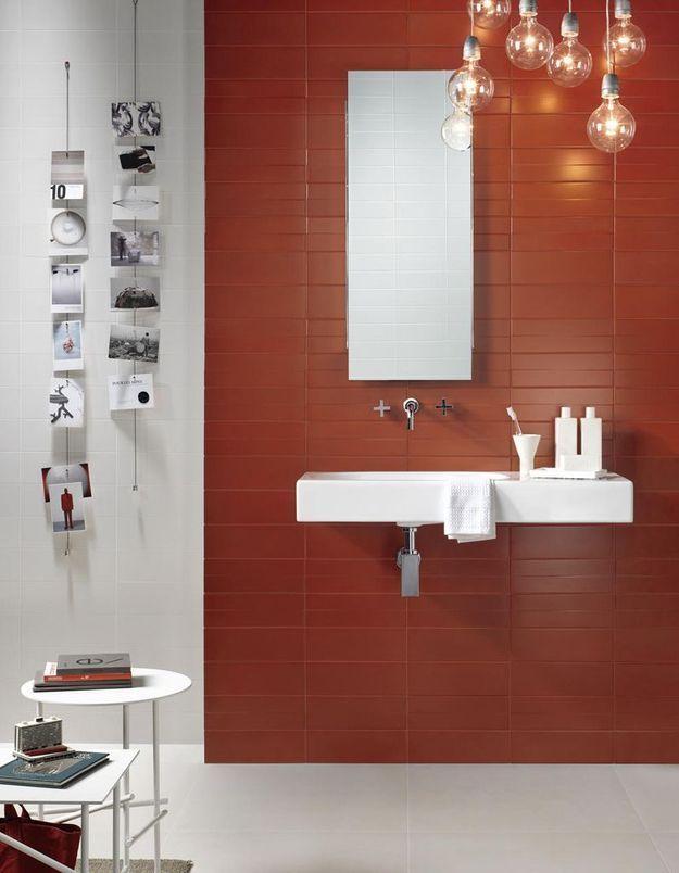 De la couleur dans la salle de bains via un mur carrelé