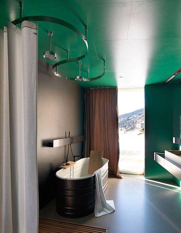De la couleur dans la salle de bains via un plafond repeint