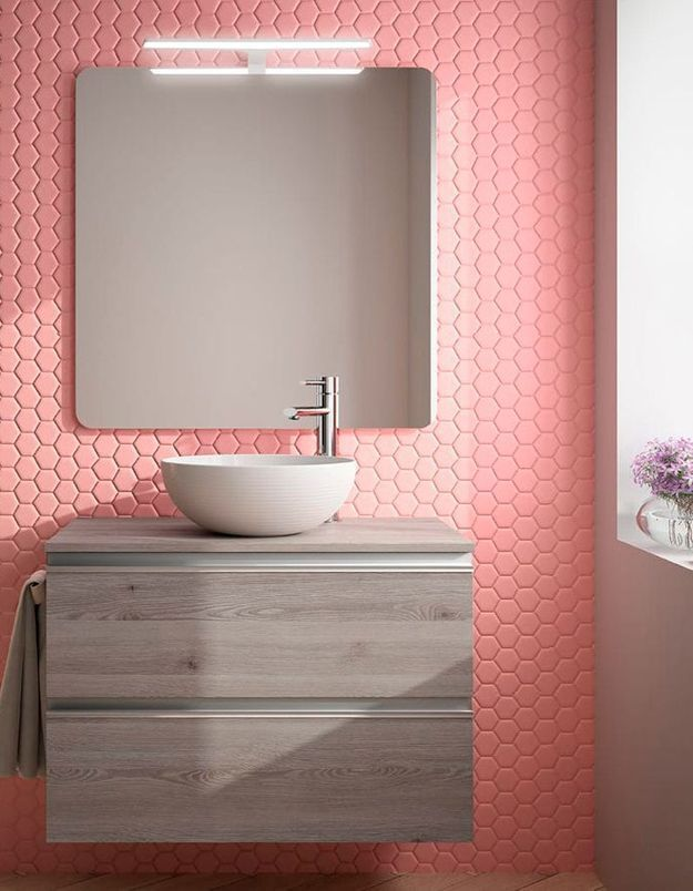 De la couleur dans la salle de bains via un revêtement mural original