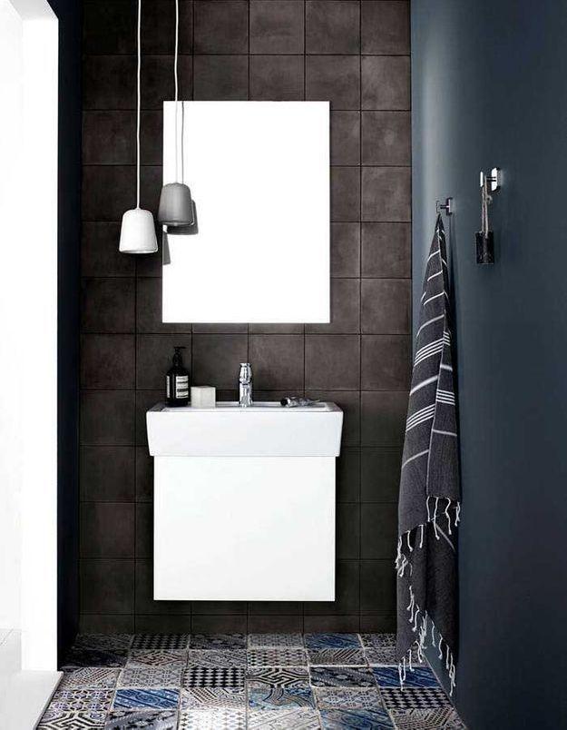 De la couleur dans la salle de bains via un sol en carreaux de ciment