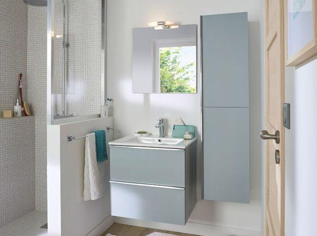 Colonne de rangement féminine pour la salle de bains