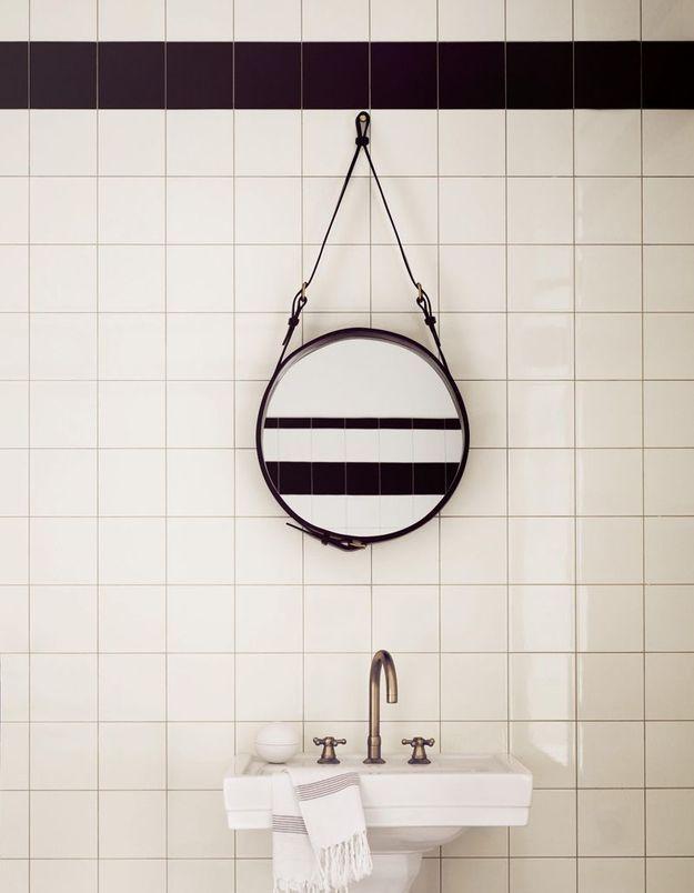 Miroir de salle de bains avec lanière en cuir