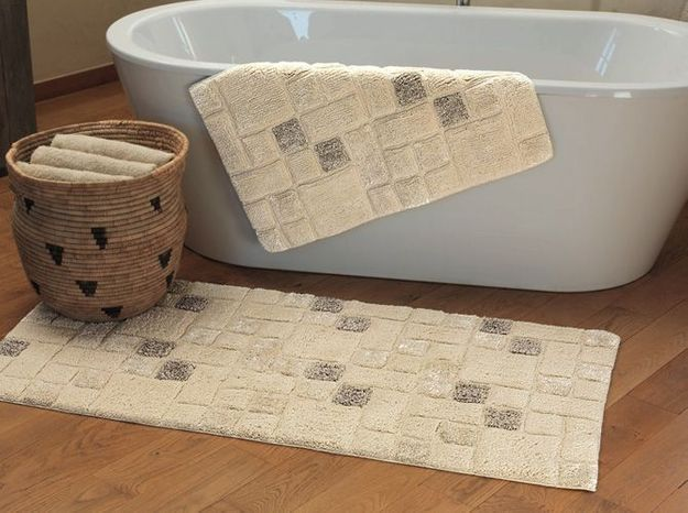 1. Le tapis de bain brillant