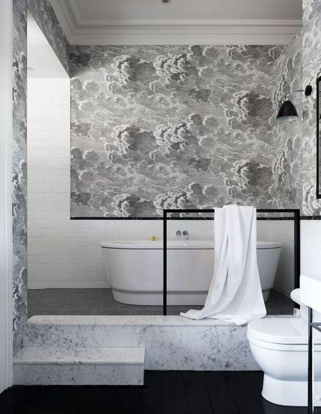 Un papier peint au style affirmé pour une salle de bains originale