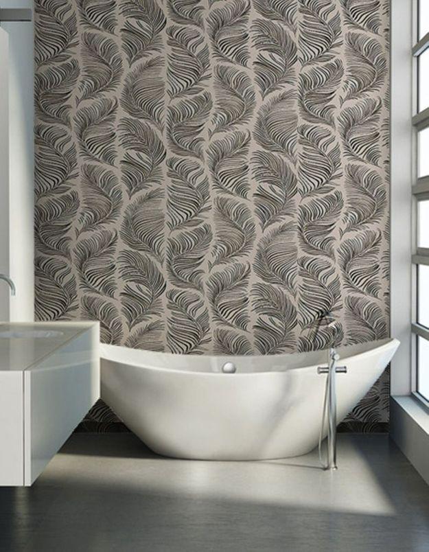 Un papier peint comme en mouvement pour apporter du pep's à la salle de bains