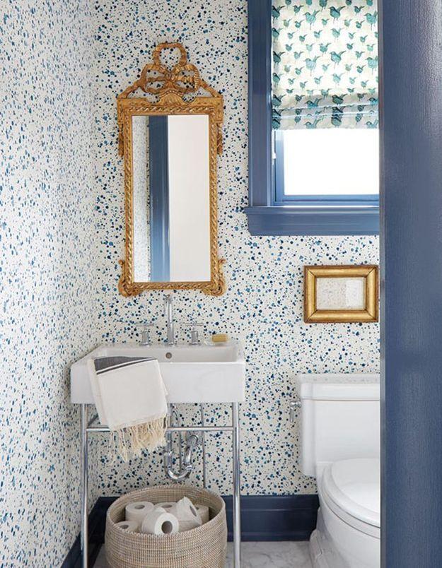 """Un papier peint effet """"splash"""" dans une salle de bains classique"""