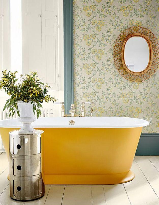 Un papier peint fleuri pour une salle de bains printanière