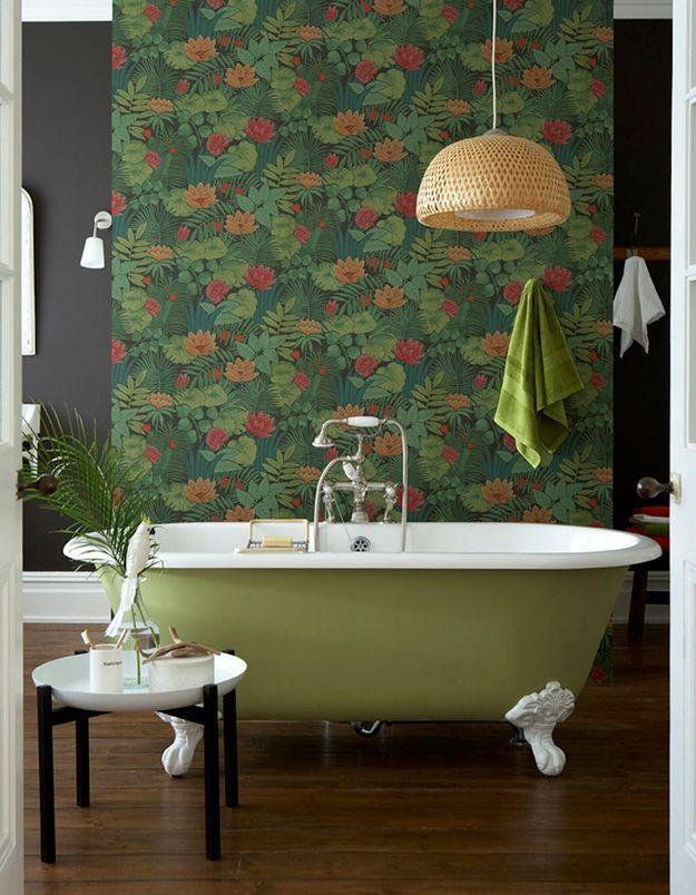 Un papier peint qui respire la nature pour une salle de bains propice à la détente