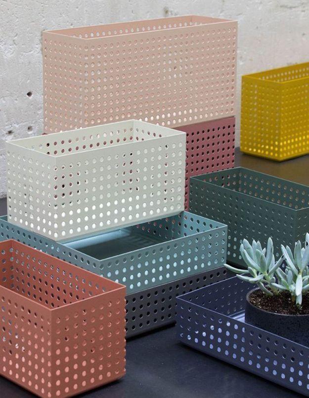Des boîtes en métal coloré
