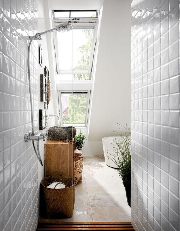 Une salle de bains blanche baignée de lumière