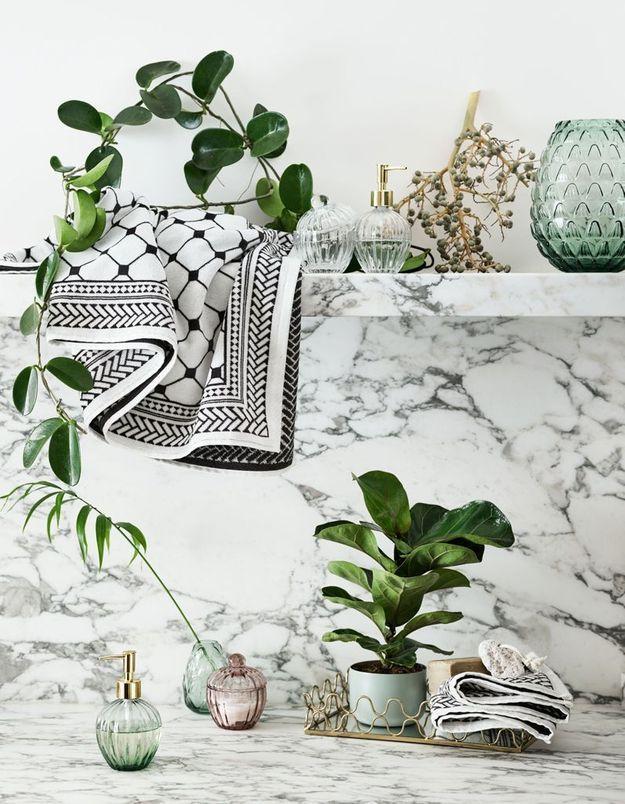 Une salle de bains blanche habillée de marbre