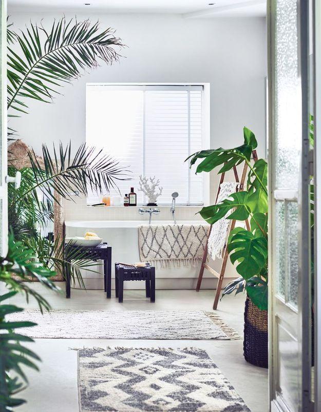 Une salle de bains blanche hyper végétalisée