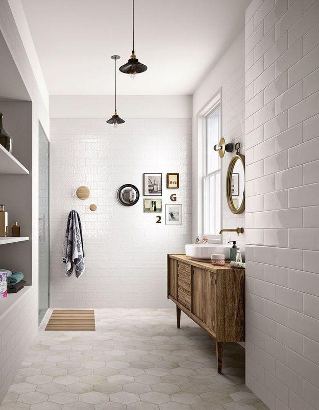 Une salle de bains blanche qui adopte la déco murale