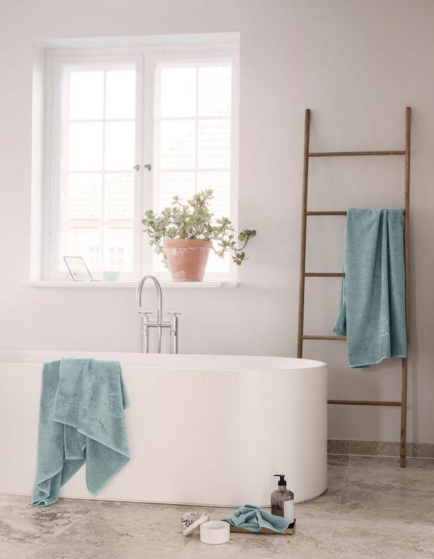 Une salle de bains blanche qui doit tout à sa baignoire