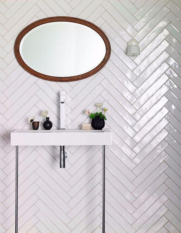 Une salle de bains blanche qui mise tout sur les détails