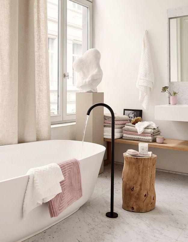 Une salle de bains blanche qui s'essaye au camaïeu