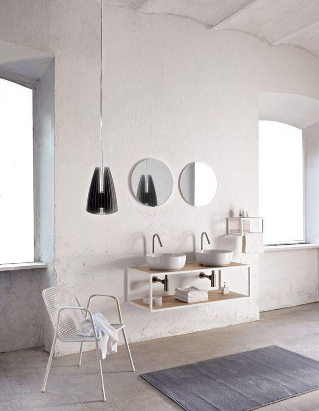 Une salle de bains blanche qui se joue des lignes