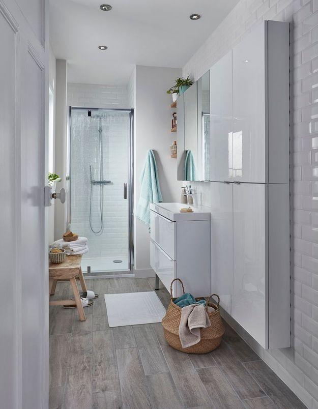 Une salle de bains blanche réchauffée par du bois