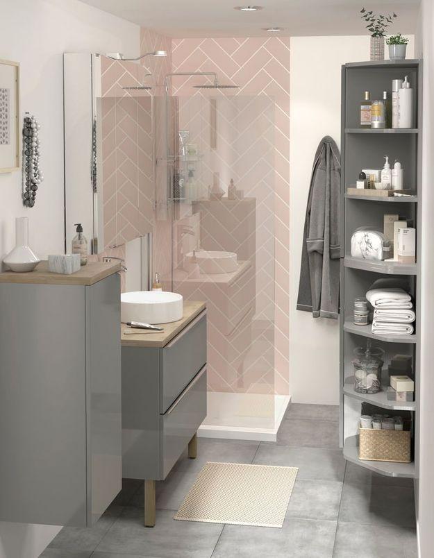 Une salle de bains Castorama qui adopte l'étagère d'angle