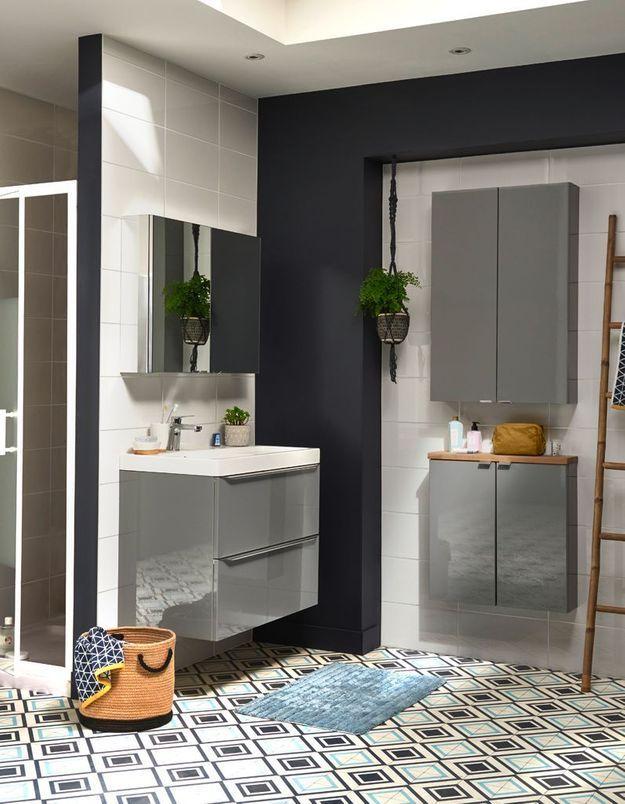 Une salle de bains Castorama qui mise sur des placards muraux très fins