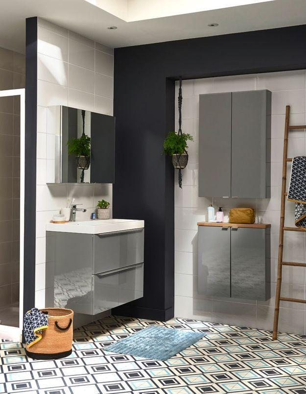 Une salle de bains Castorama qui s'intègre à l'angle d'une pièce