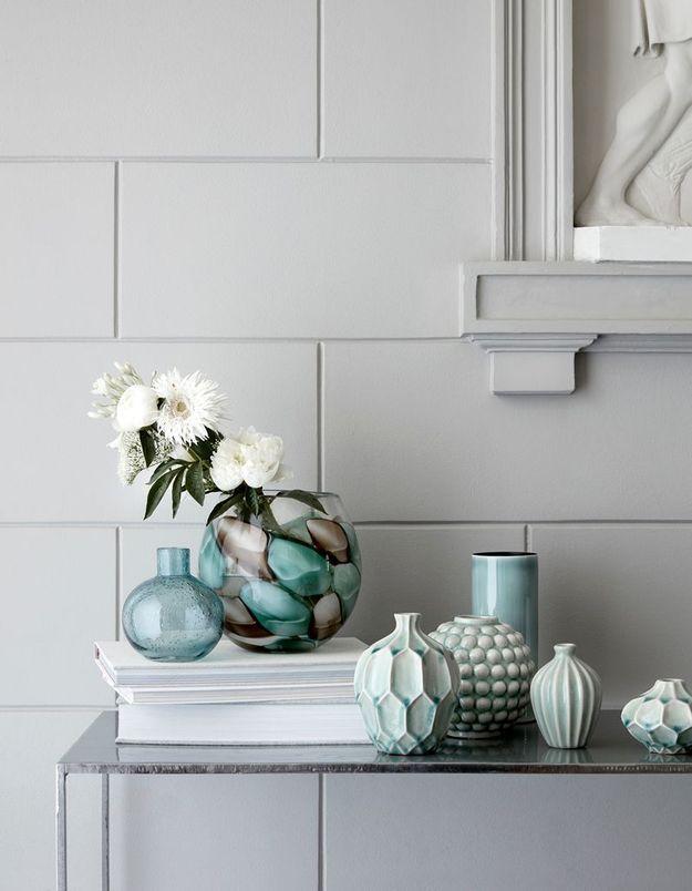 Un bouquet printanier au total look blanc dans un vase élégant et accompagné d'autres vides