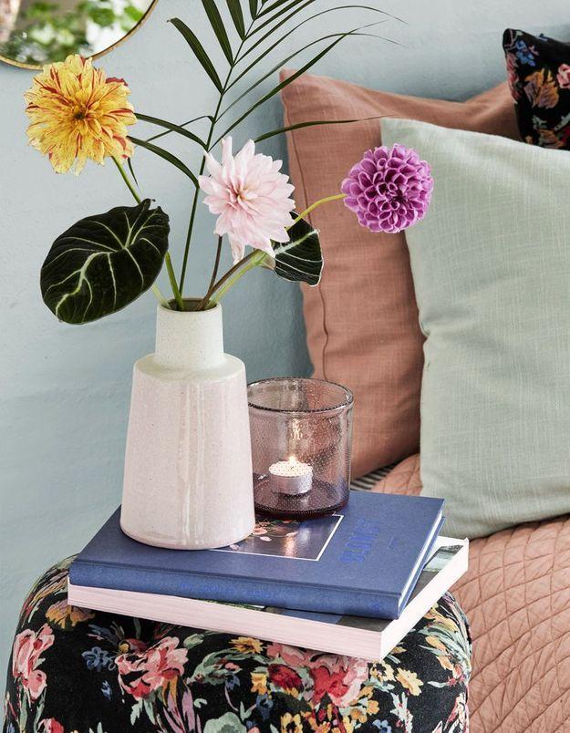 Un bouquet printanier tendance via trois fleurs stylées et quelques branches de feuillages
