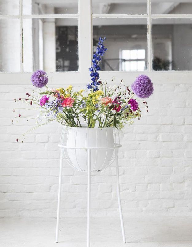 Une bouquet printanier sophistiqué dans un vase sur pieds