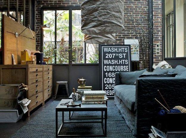 Noir et tons bruns pour un salon industriel