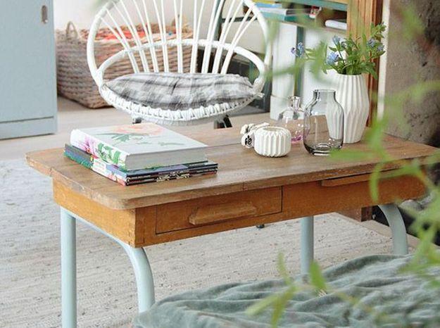 Des éléments fleuris pour décorer sa table basse
