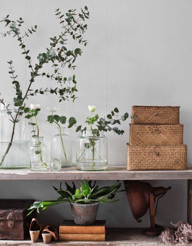 Des feuilles séchées par petites touches dans le salon pour se mettre au vert