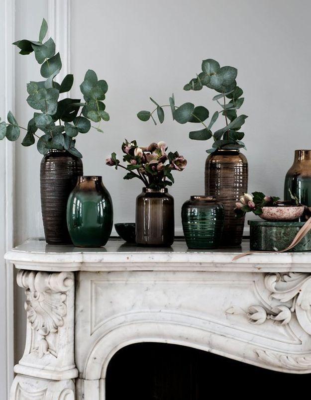 Pour habiller la cheminée du salon, on mise sur des plantes vertes
