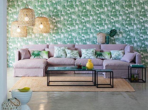 Mêler un canapé rose poudré à une ambiance exotique