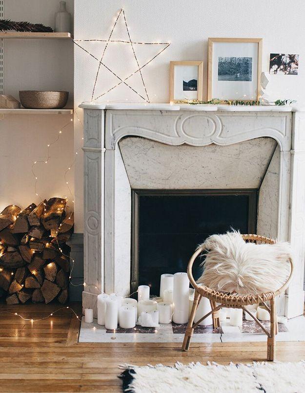 Décorer sa cheminée via des jeux de lumières (guirlandes lumineuses et bougies)