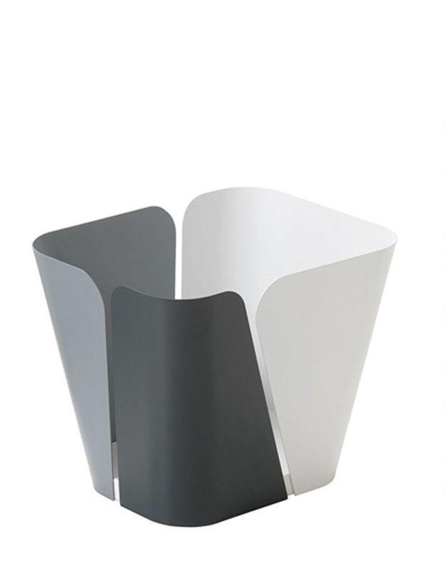 Un canapé gris accompagné d'un porte-revues bicolore