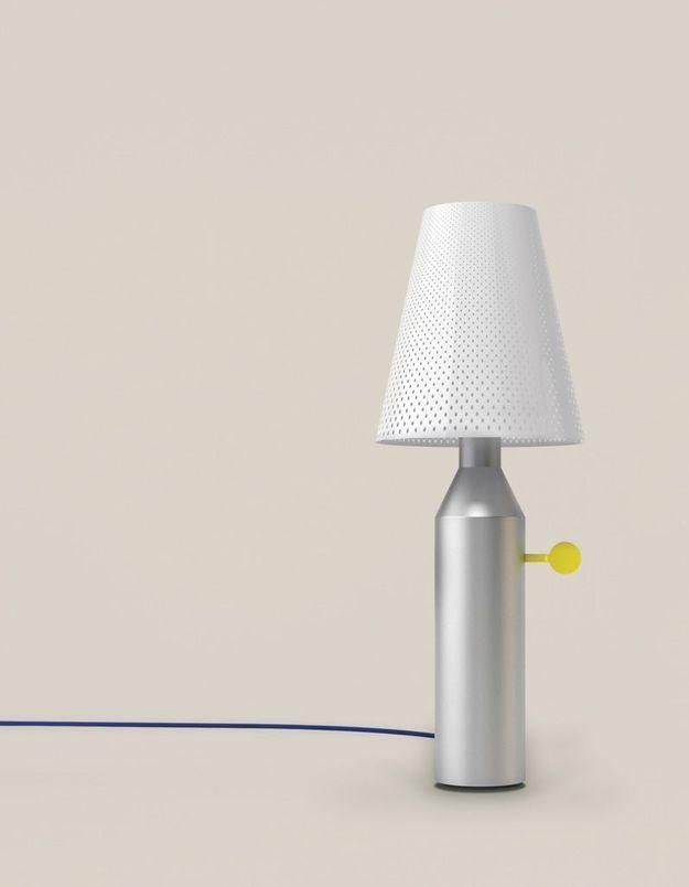 Un canapé gris accompagné d'une lampe à poser sophistiquée